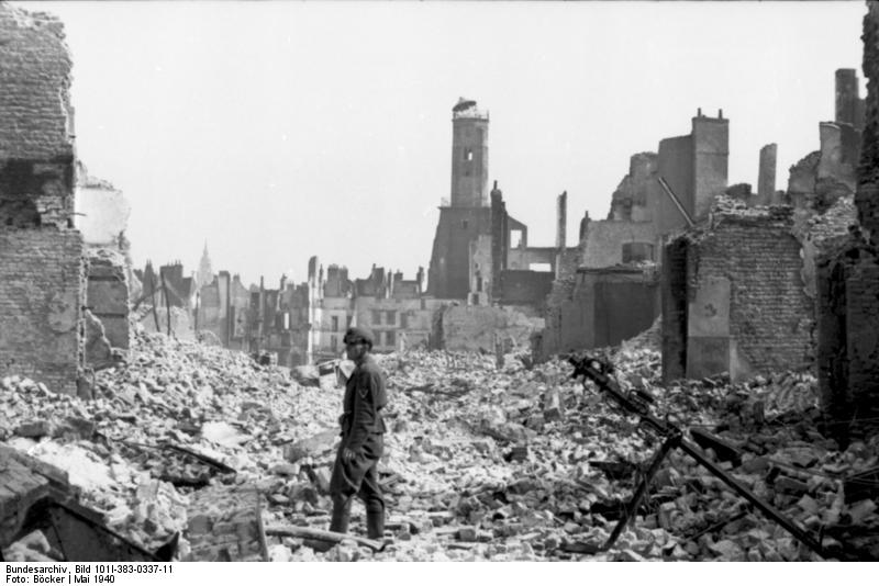 Frankreich, Calais, deutscher Soldat in Ruinen
